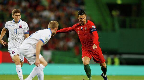 Нападающий сборной Португалии Криштиану Роналду (справа)