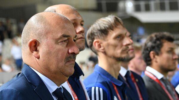 Главный тренер сборной России Станислав Черчесов (на первом плане)