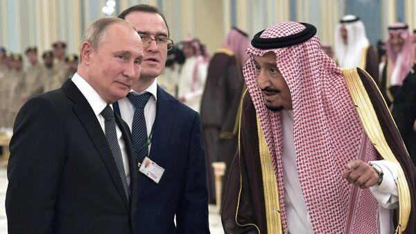Президент РФ Владимир Путин и король Саудовской Аравии Сальман бен Абдель Азиз аль Сауд на церемонии официальной встречи