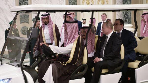 Президент РФ Владимир Путин и король Саудовской Аравии Сальман бен Абдель Азиз аль Сауд перед началом российско-саудовских переговоров в Эр-Рияде. 14 октября 2019