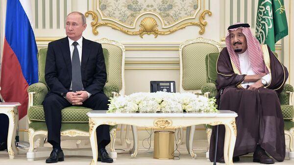Президент РФ Владимир Путин и король Саудовской Аравии Сальман бен Абдель Азиз аль Сауд на церемонии подписания совместных документов