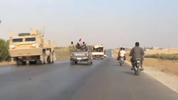 Конвой сирийской армии и колонна американской бронетехники на северо-востоке Сирии