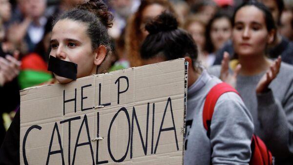 Люди, выступающие за независимость Каталонии, во время акции протеста перед посольством Испании в Брюсселе