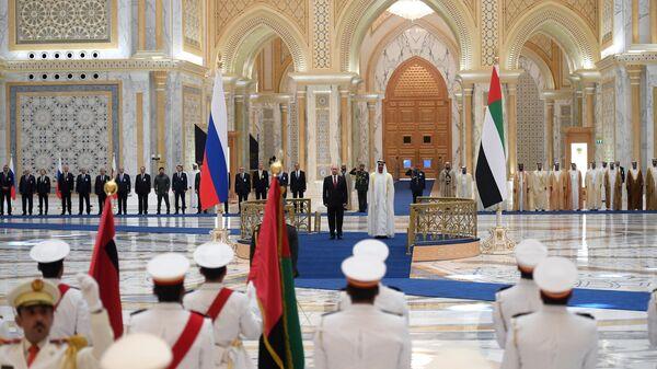 Президент РФ Владимир Путин и наследный принц Абу-Даби, заместитель верховного главнокомандующего вооружёнными силами Объединённых Арабских Эмиратов Мухаммед бен Заид Аль Нахайян на церемонии официальной встречи