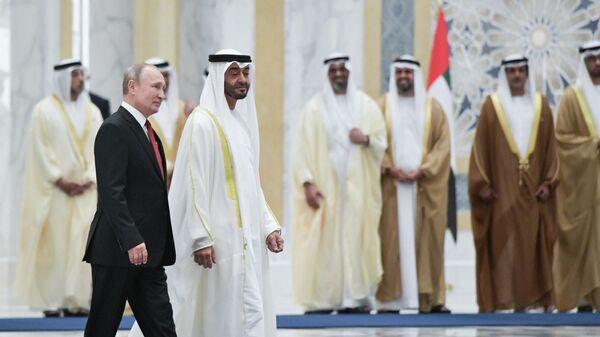 Президент РФ Владимир Путин и наследный принц Абу-Даби, заместитель верховного главнокомандующего вооружёнными силами ОАЭ Мухаммед бен Заид Аль Нахайян на церемонии официальной встречи