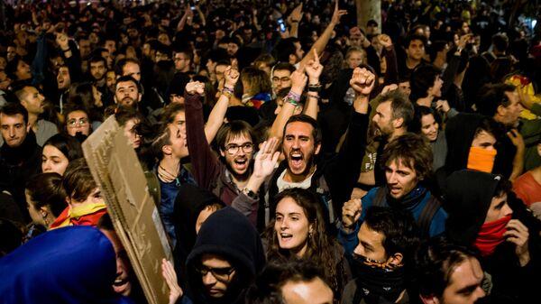 Участники акции протеста на одной из улиц Барселоны. 15 октября 2019