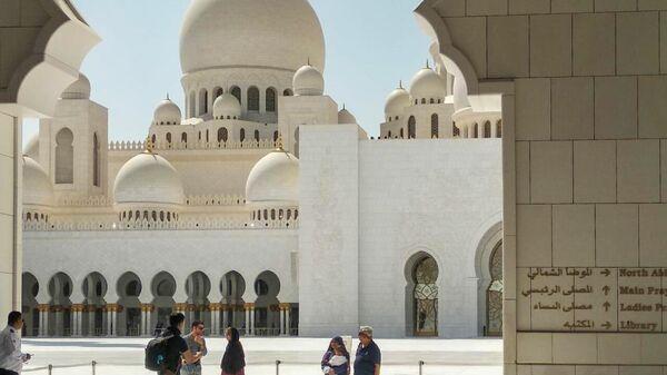 Туристы у входа в мечеть шейха Зайда в Абу-Даби, ОАЭ