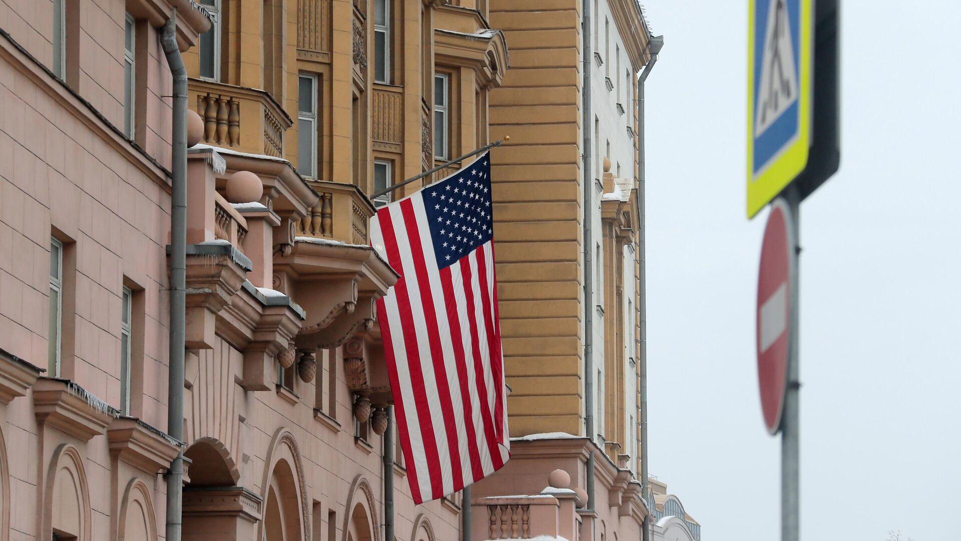 Флаг США на здании посольства  - РИА Новости, 1920, 12.07.2021