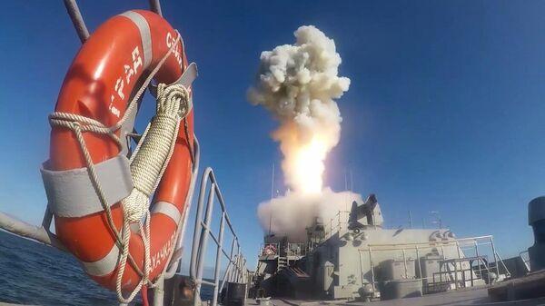 Пуск высокоточной крылатой ракеты Калибр во время учений Гром-2019