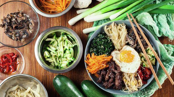Пибимпап - рис с говядиной и овощами. Традиционное корейский блюдо.