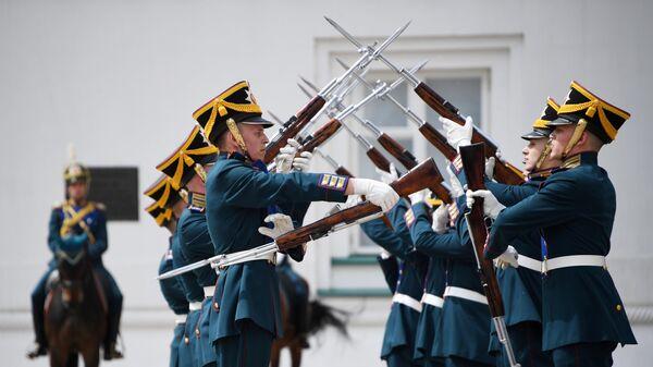 LIVE: Церемония смены караула Президентского полка на Соборной площади