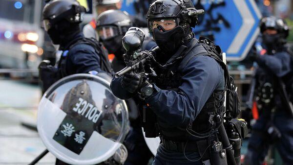 Полицейские во время антиправительственных демонстраций в Гонконге