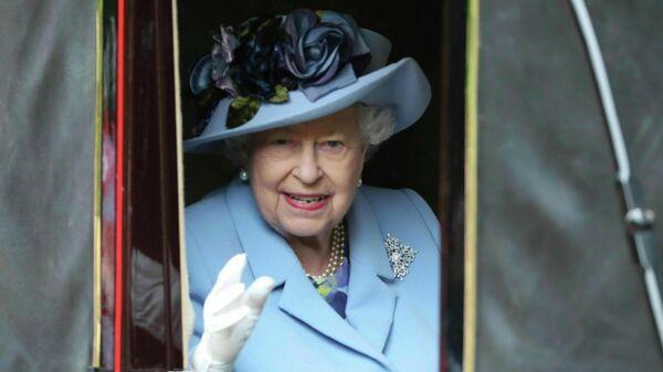Королева Великобритании Елизавета II по дороге на скачки в Аскоте