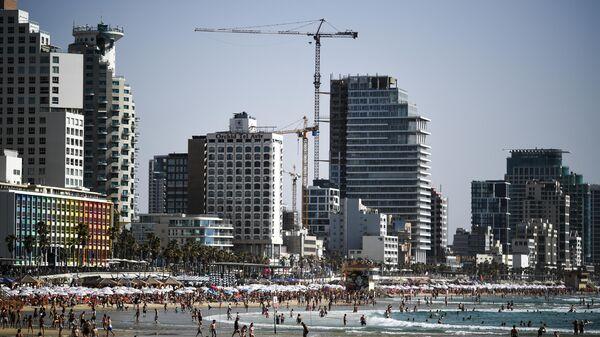 Отдыхающие на пляже в Тель-Авиве