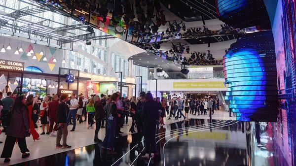 Посетители на Московском международном форуме Открытые инновации в Инновационном центре Сколково