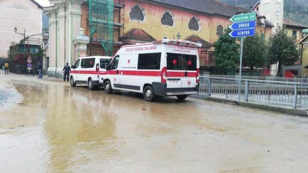 Автомобили службы спасения во время последствий непогода в городе Кампо-Лигуре на северо-западе Италии