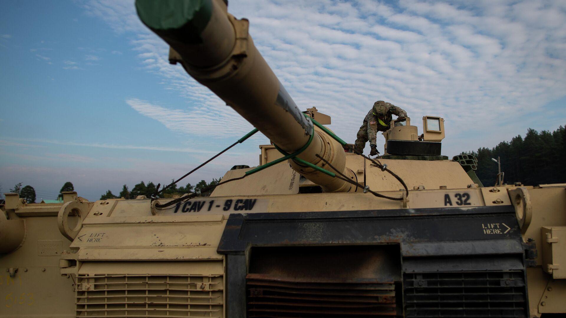 Американский военнослужащий готовит танк Abrams к разгрузке на железнодорожной станции в Литве - РИА Новости, 1920, 15.07.2021