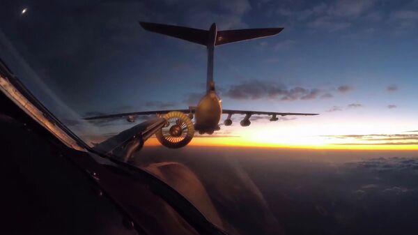 Дозаправка российского стратегического ракетоносца Ту-160 по пути в ЮАР