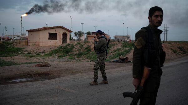 Бойцы Сирийских демократических сил (СДС) на кпп возле нефтяного месторождения Аль-Омар в Сирии