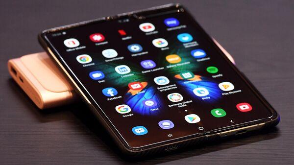 Новый смартфон Samsung Galaxy Fold с гибким экраном в фирменном магазине компании Samsung в ТРЦ Авиапарк в Москве