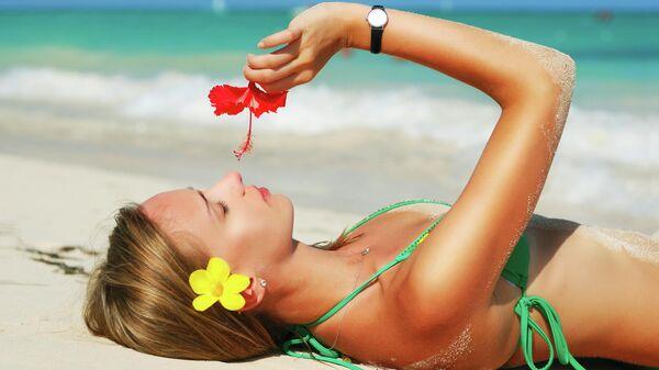 Девушка на пляже Карибского моря