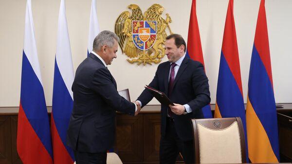 Министр обороны РФ Сергей Шойгу и министр обороны Армении Давид Тоноян во время встречи в Ереване. 29 октября 2019