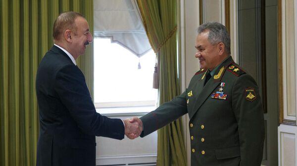 Министр обороны РФ Сергей Шойгу и президент Азербайджана Ильхам Алиев во время встречи
