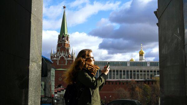 Девушка гуляет в Александровском саду в Москве