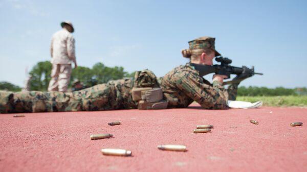 Военнослужащая армии США во время стрельб из автоматической винтовки M16-A4