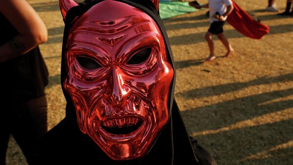 Человек в маске на праздновании Хэллоуина в Йоханнесбурге, Южная Африка