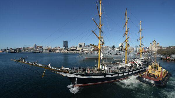 Судно Паллада во время торжественных проводов в кругосветную экспедицию в бухте Владивостока