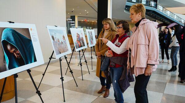 Посетители на выставке победителей Международного конкурса фотожурналистики имени Андрея Стенина в штаб-квартире ООН в Нью-Йорке