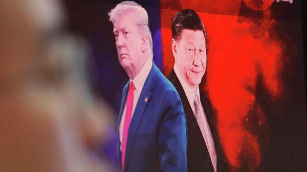 Изображение президента США Дональда Трампа и председателя КНР Си Цзиньпина на мониторе компьютера