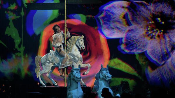 Певица Холзи выступает на церемонии награждения MTV Europe Music Awards