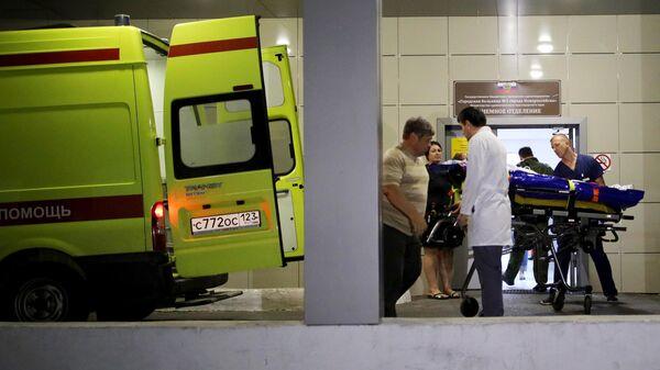 Автомобиль скорой помощи у входа в приемное отделение