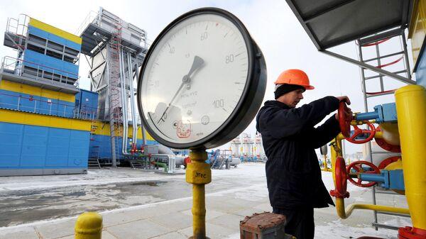 Работник Нафтогаза на газокомпрессорной станции Бобровницкая Черниговской области, Украина