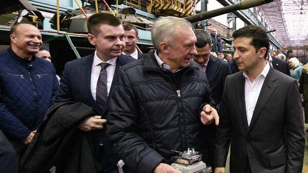 Президент Украины Владимир Зеленский во время посещения завода имени Малышева в Харькове