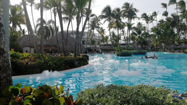 Доминикана. Вид бассейна отеля Melia Punta Cana Beach Resort после пенной вечеринки