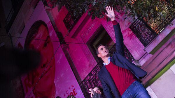 Исполняющий обязанности премьера страны Педро Санчес, лидер Социалистической рабочей партии (PSOE) выступает у штаба партии в Мадриде. 11 ноября 2019