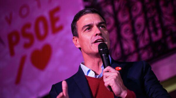 Исполняющий обязанности премьера страны Педро Санчес, лидер Социалистической рабочей партии (PSOE) выступает у штаба партии в Мадриде
