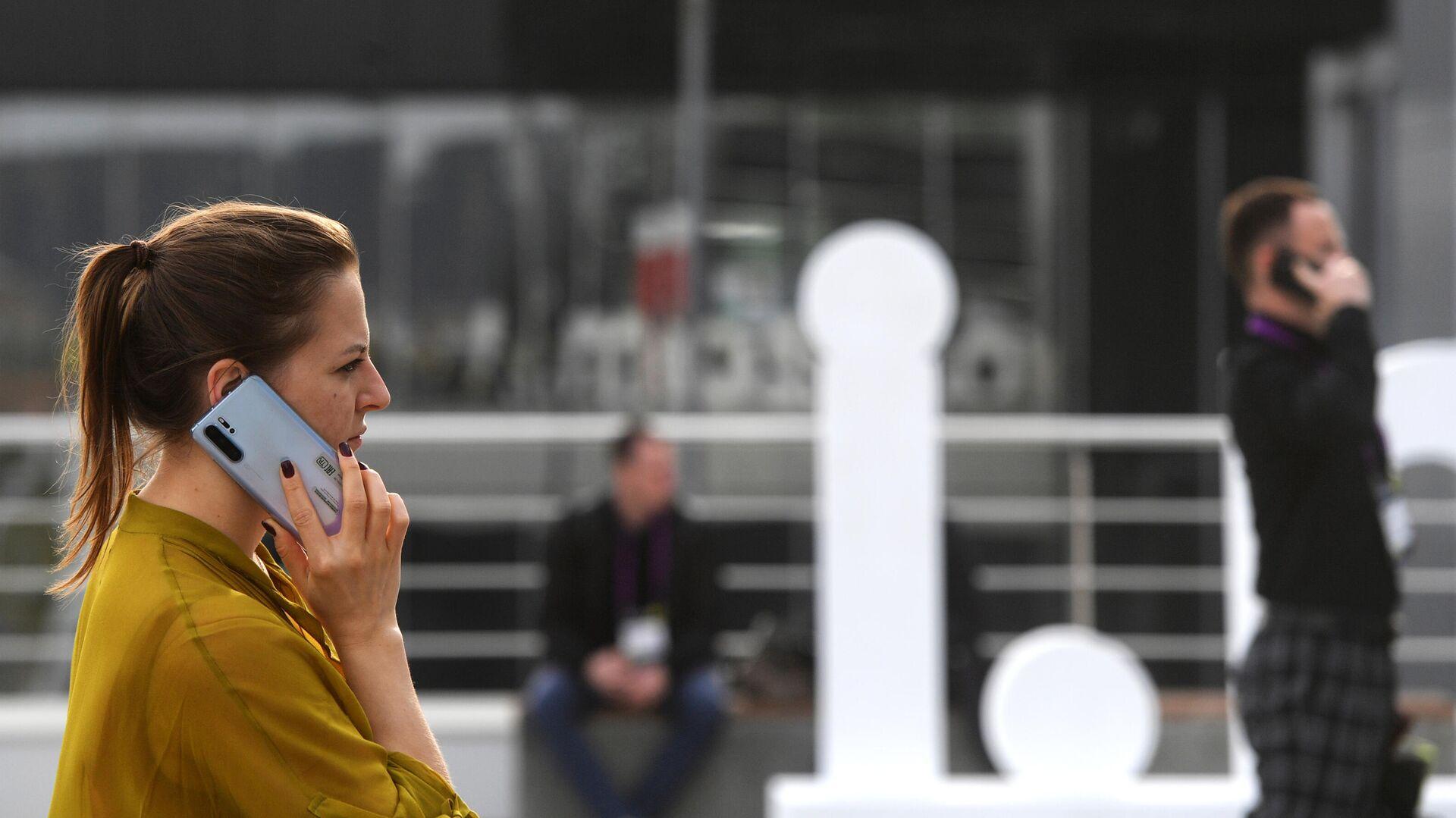 Девушка разговаривает по мобильному телефону - РИА Новости, 1920, 21.10.2020