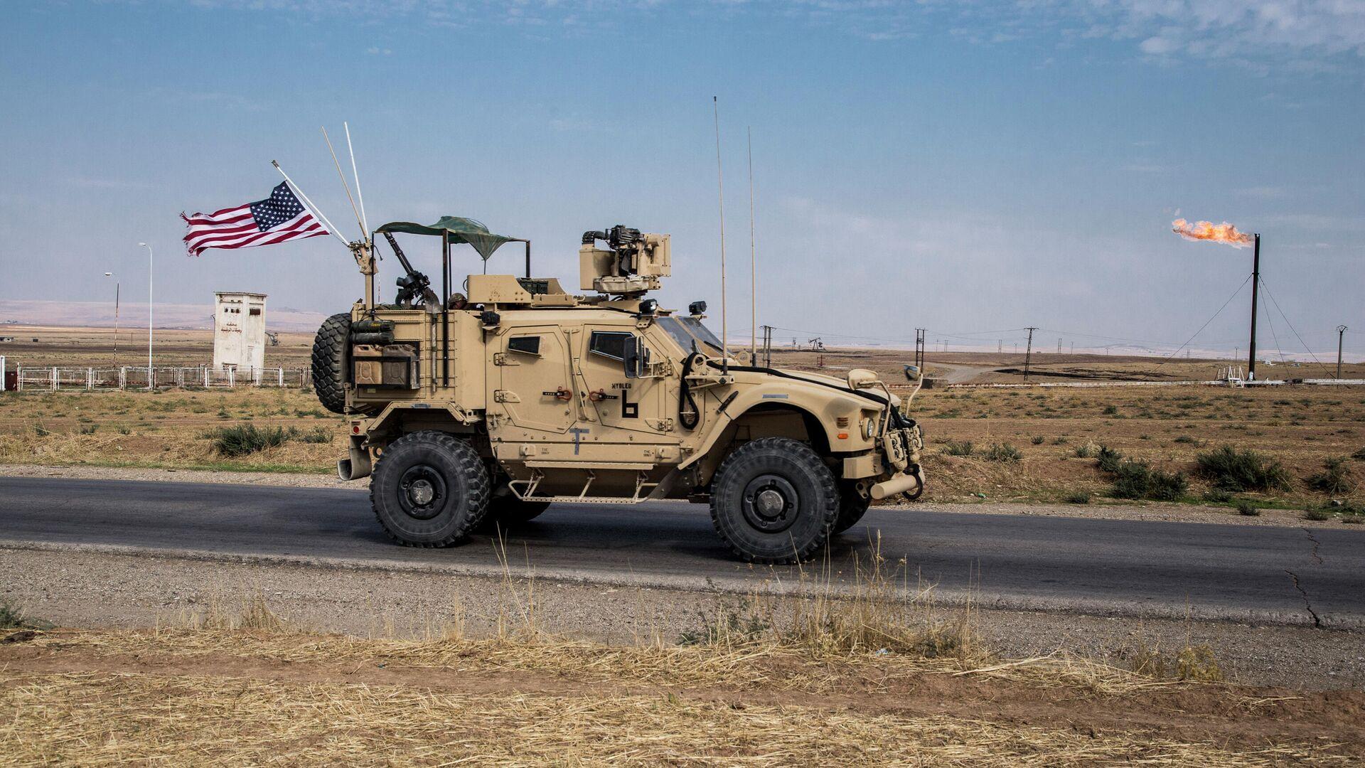 Американский военный автомобиль патрулируют сирийские нефтяные месторождения - РИА Новости, 1920, 28.12.2020