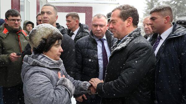 Председатель правительства РФ Дмитрий Медведев во время общения с местными жителями в селе Санниково Алтайского края