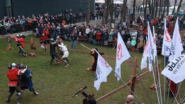Участники Бугурты во время празднования Дня победного окончания Великого стояния на реке Угре 1480 года в рамках фестиваля УграФест в Калуг