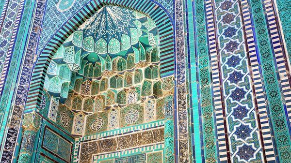 Деталь фасада архитектурного комплекса Шахи Зинда в Самарканде, Узбекистан