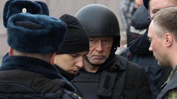 Олег Соколов во время следственного эксперимента на набережной реки Мойки в Санкт-Петербурге