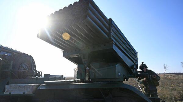 Военнослужащий 150-й мотострелковой дивизии подготавливает боевую машину БМ-21 реактивной системы залпового огня Град к боевым стрельбам