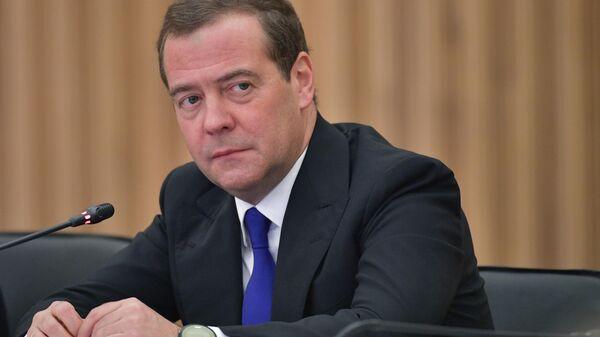 Председатель правительства РФ Дмитрий Медведев во время встречи с деятелями культуры