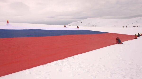 Самый большой российский флаг, развернутый в Антарктиде