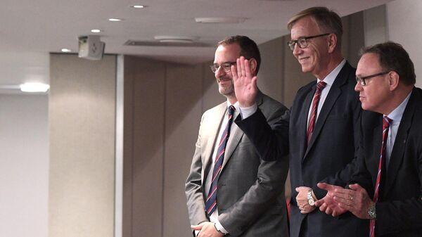 Председатель фракции Левой партии в бундестаге Дитмар Барч (в центре) посетил пленарное заседание Госдумы РФ